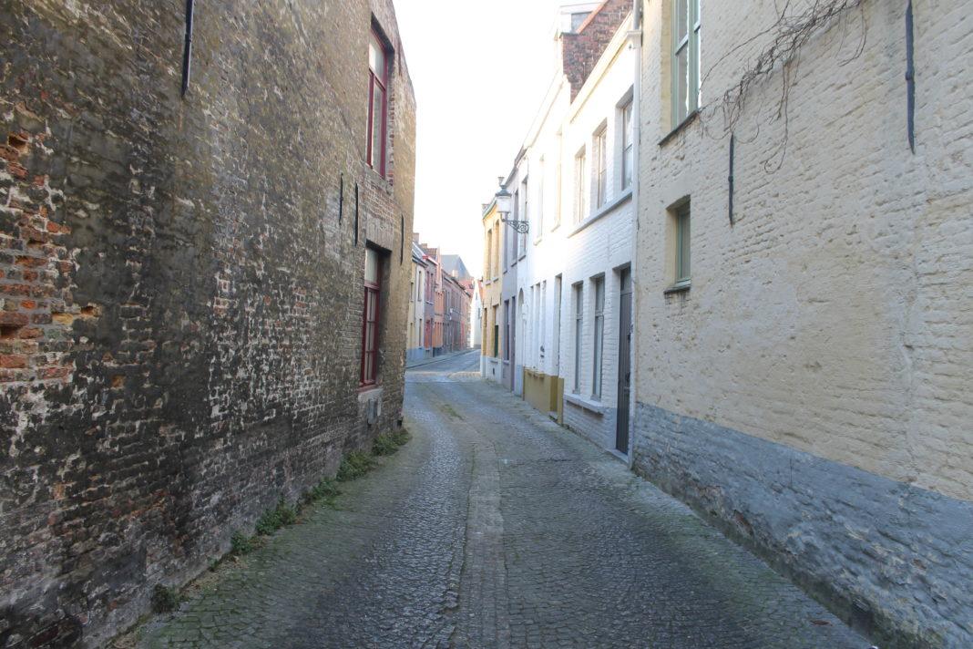 In Brugge zie je veel van deze smalle straatjes