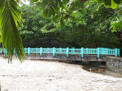 Deze blauwe brug is de ingang naar Cahuita National Park
