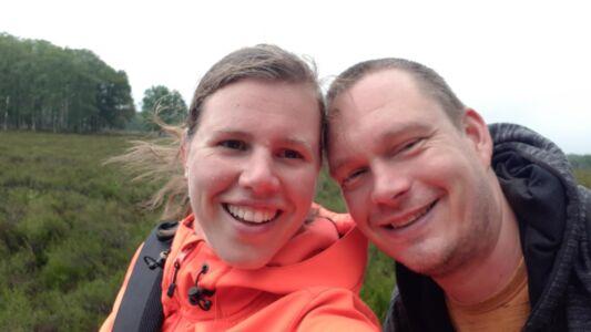 Wij fietsen bijna de hele dag in de regen maar we blijven vrolijk