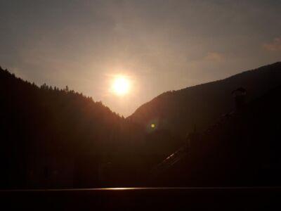 De zonsondergang tegenover ons balkon