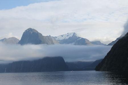 Bergtoppen boven de laaghangende wolken