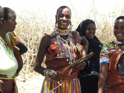Datoga vrouw in een jurk van geitenleer