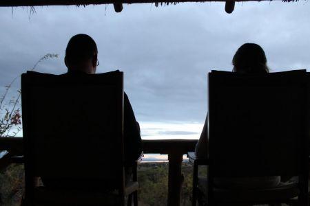 Genieten van het uitzicht bij de Sangaiwe Tented Lodge