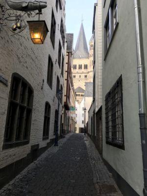 Een van de smalle oude straatjes