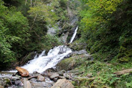 Van 10 meter hoogte klettert het water langs de waterval naar beneden