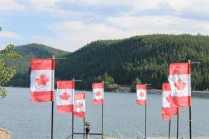 Canadese vlaggen in Lake Minnawanka