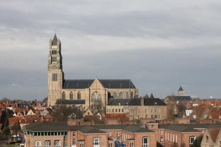 De Sint Salvator Kathedraal vanaf het dakterras van Brouwerij de Halve Maan