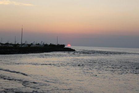 De zon zakt in de zee