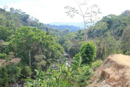 Mooie uitzichten tijdens de wandeltocht naar de waterval
