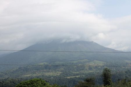 De Arenal vulkaan zit verstopt achter de wolken