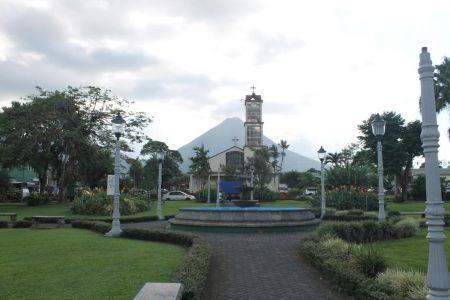 Het park voor Iglesia de La Fortuna de San Carlos