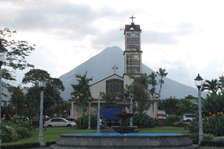 De kerk met de Arenal Vulkaan in La Fortuna