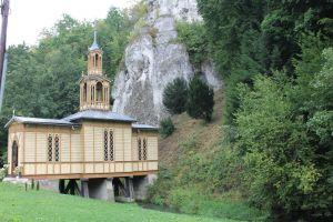 Kerkje op water gebouwd in Ojców National Park