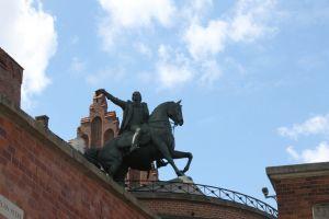 Ruiterbeeld bij kasteel