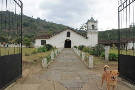 Iglesia de San Jose de Orosí, met op de voorgrond de hond van onze homestay