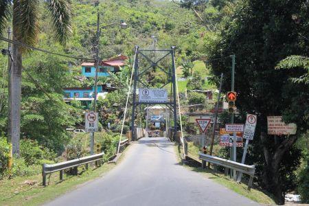 Er mag maar 1 auto per keer over deze brug