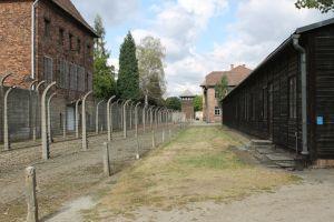 Prikkeldraad rondom barakken Auschwitz