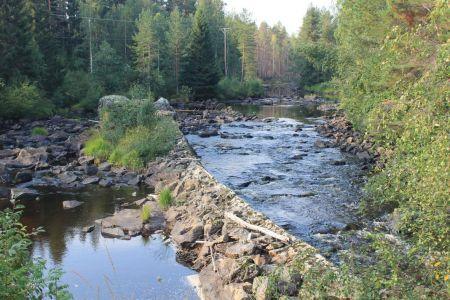 De camping grenst aan rivier Ängraan