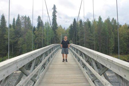 De rivier oversteken via de brug
