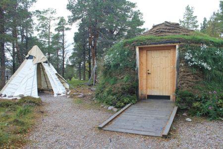 Een oud en nieuw Sámi huis