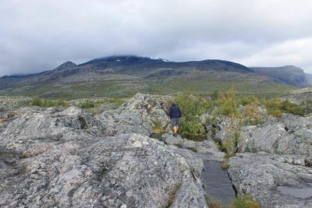 De route naar de waterval gaat over grote stenen