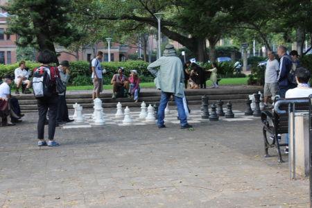 Groot schaakbord midden in de stad