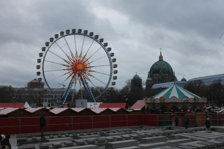 Reuzenrad op de kerstmarkt voor Rotes Rathaus