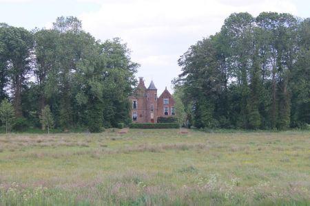 De Wedderborg ligt verscholen in de bossen