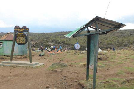 Porters bouwen kamp Shira I op