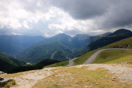 De weg slingert door prachtige natuur