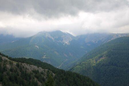 Donkere wolken boven de toppen