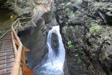 Het water klettert naar beneden