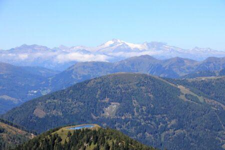 De besneeuwde bergtoppen in de verte