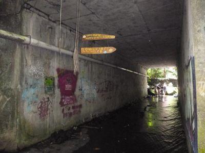 Onder het viaduct door