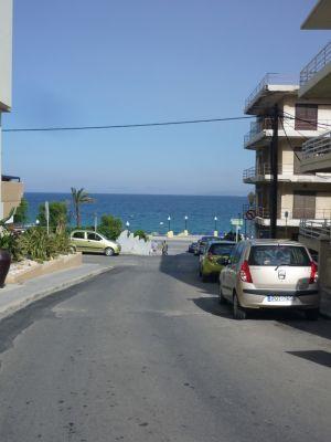 Voor het hotel richting strand