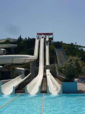Steile glijbaan waterpark