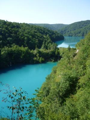 Uitzicht op het helder blauwe water