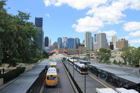 Skyline Brisbane vanaf het station in Southbank